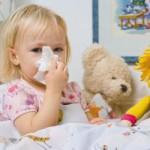 Можно ли гулять с ребенком при насморке?