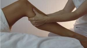 Для снятия отечности необходимо осуществить массажные движения в области ног