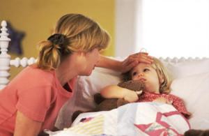 В первую очередь при скарлатине наблюдается быстрое увеличение температуры тела и покраснение горла