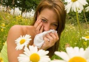 Причиной отека верхнего века может быть аллергическая реакция