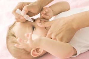 При лечении болезней глаз новорожденным детям нужно обязательно консультироваться с врачом