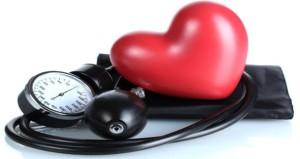 Развитие гипертонической болезни зачастую связано с проблемами сосудов, сердца, частыми стрессами
