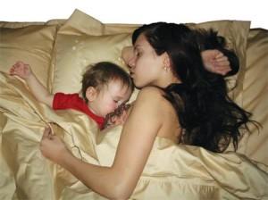 Порицаемый многими, но действенный способ успокоить новорожденного, – взять его к себе в постель