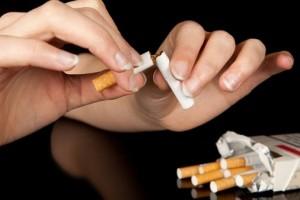 Самым коварным отрицательным моментом при попытке отказаться от курения обычно считают психологическую зависимость от вредной привычки