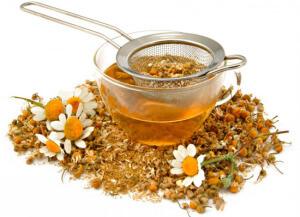 Употребление теплых чаев на основе трав также поможет в борьбе с недугом
