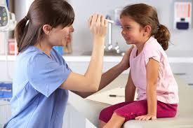 Для лечения, в первую очередь, необходимо обратиться за консультацией к офтальмологу, который определит причину появления конъюнктивита у ребенка
