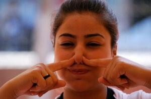 Чтобы избавиться от икоты нужно закрыть уши и нос при помощи пальцев, сделать глубокий вдох и продержаться в таком положении 6-15 секунд