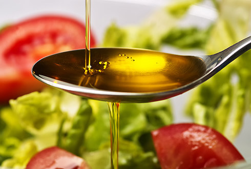 Для снижения уровня холестерина в крови рекомендуется употреблять оливковое масло
