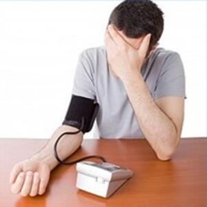 Если у человека имеются заболевания сердца, то верхнее артериальное давление может увеличиваться или снижаться