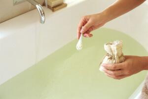 Принятие ванн с морской солью оказывает оздоровляющее действие на организм