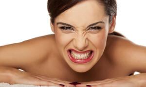 Скрежет зубами приводит к стиранию зубной эмали и нарушению прикуса