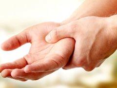 Почему немеют кисти рук ночью: причины и способы лечения