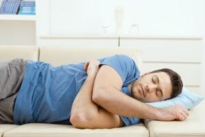 Неправильное положение во сне - одна из причин онемения пальцев руки