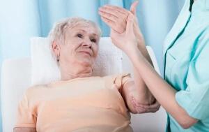 При постоянном онемении кистей рук во время сна следует обратиться к специалисту