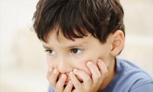 Первые признаки тяжелого заболевания проявляются в проблемах с обучением, переработкой входящей информации, памятью
