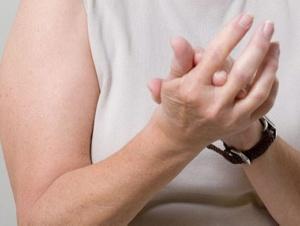 Причиной болезненности фалангов пальцев могут быть возрастные изменения
