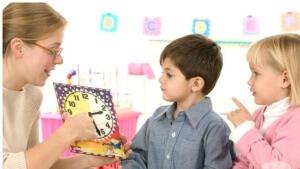 Медленный темп ведения разговора - один из способов лечения заикания