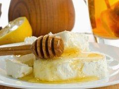 Творог с медом: польза вкусного лакомства