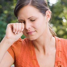 Почему чешутся и слезятся глаза: выявляем источники, избавляемся от неприятных симптомов
