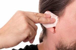 Кровотечение из уха, как результат чистки ушей
