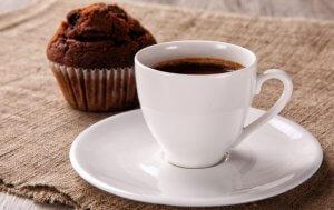 Приготовление кофе с кексом из творога