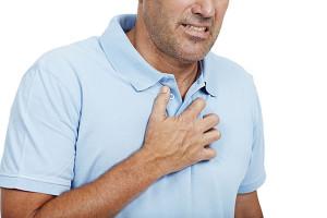 Симптомом развития заболевания являются внезапные или ноющие боли в груди