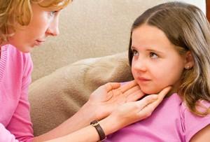 Первые признаки проявления болезни начинаются с увеличения размеров шейных лимфатических узлов