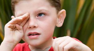 Важно научить ребенка не лезть руками в глаза