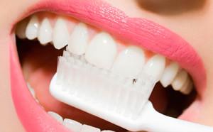 Перед тем, как использовать перекись водорода или другое средство, необходимо проконсультироваться со стоматологом