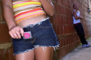 Людям, которые не имеют постоянного партнера при ведении интимной жизни, обязательно стоит использовать презерватив при половом акте с новым партнером