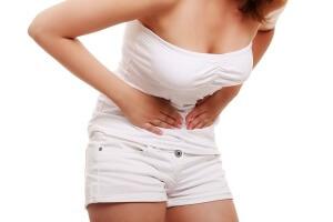 Если выделения псле окончания месячных сопровождаются болями внизу живота, следует обратиться к врачу