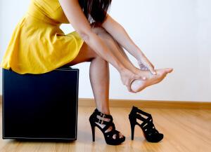Частое ношение обуви на высоком каблуке также может вызвать боль в пятке