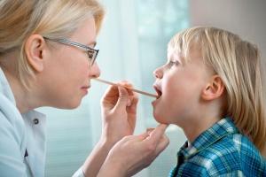 Часто стоматит вызывает лихорадку, сильную слабость и боль, что очень опасно для маленького ребенка