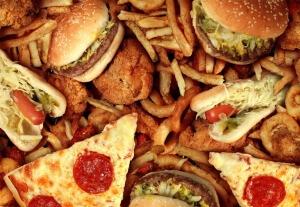 Одна из причин возникновения запора у взрослых - неправильное питание