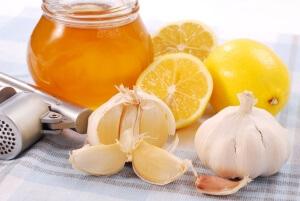 Для лечения сухого кашля также используют мед