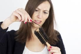 Заболевание, при котором у женщины интенсивно выпадают волосы называется андрогенной алопецией