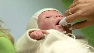 Протирание содовым раствором - один из способов лечения стоматита у детей