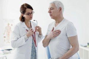 Болевые ощущения в правой стороне грудной клетки - повод для обращения к врачу