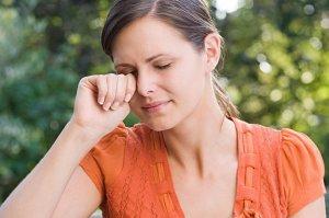 Неприятные симптомы в виде зуда и слезотечения из глаз